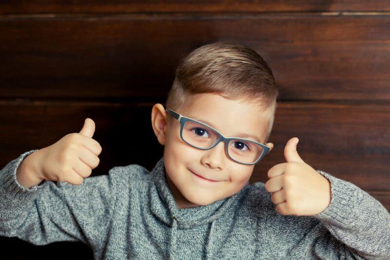 Довольный ребёнок в очках